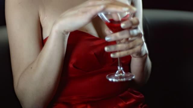 HD-Zeitlupe: Vampir Lippen Weinprobe Blut