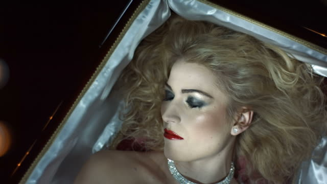 stockvideo's en b-roll-footage met hd slow motion: vampire snarling out of a coffin - doodskist