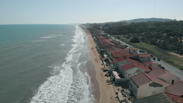 vidéos et rushes de slow motion video aerial view narrow beach of guardamar del segura - palmier