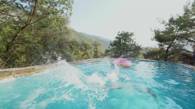 プールに飛び込む中期の大人の男性のスローモーションビデオ映像 - サーフパンツ点の映像素材/bロール