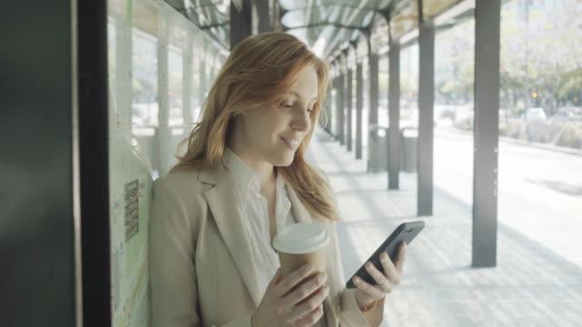 vídeos de stock e filmes b-roll de slow motion video of a businesswoman in the city calling with smartphone - avenida 9 de julio