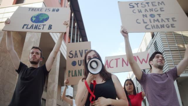 vidéos et rushes de vidéo au ralenti d'un groupe de personnes participant à une manifestation contre le réchauffement climatique - défiler