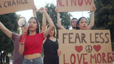 vidéos et rushes de vidéo au ralenti d'un groupe de personnes participant à une manifestation contre le racisme - injustice