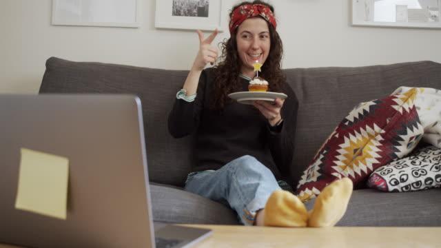 """vídeos de stock, filmes e b-roll de vídeo em câmera lenta de uma mulher enquanto ela está comemorando seu aniversário """"virtualmente"""" com amigos e parentes, durante uma chamada voip - aniversário"""