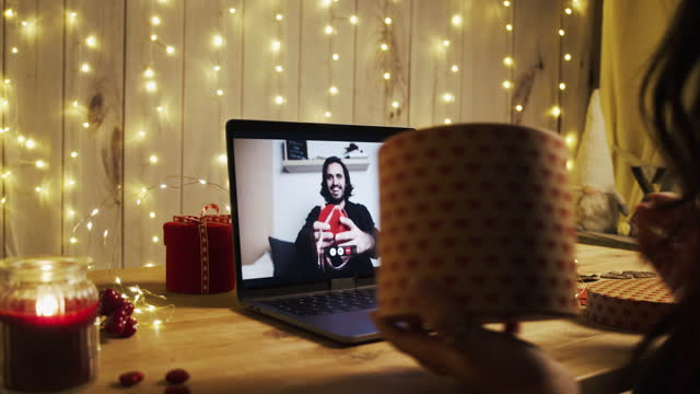 zeitlupenvideo eines jungen paares mit einer videokonferenz am valentinstag - boyfriend stock-videos und b-roll-filmmaterial