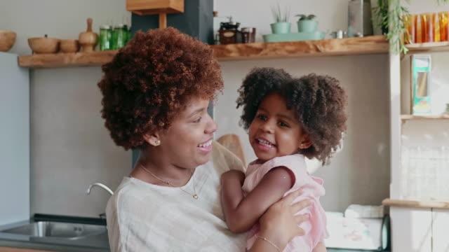 vidéos et rushes de slow motion vidéo de la mère afro-caribéenne et jeune fille montrant l'affection - cheveux frisés