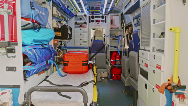 vídeos de stock e filmes b-roll de slow motion video of an fully equipped interior ambulance - material médico