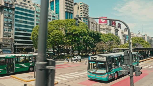 vídeos de stock, filmes e b-roll de vídeo em câmera lenta de ônibus dirigindo na avenida de 9 de julio, buenos aires, argentina - avenida 9 de julio