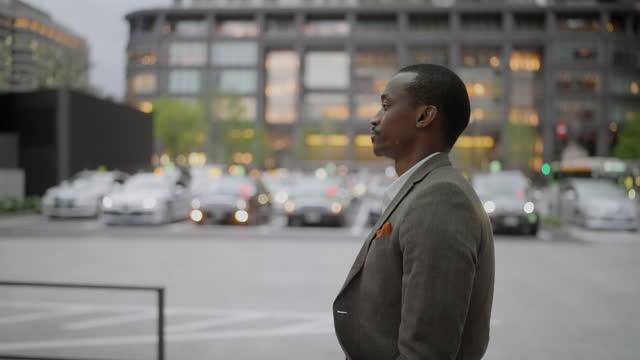 slow motion video av affärsman som går på gatan - profil sedd från sidan bildbanksvideor och videomaterial från bakom kulisserna