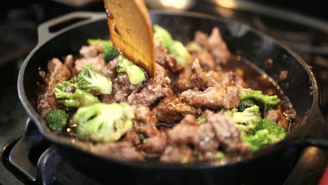 vídeos de stock e filmes b-roll de slow motion video of cooking broccoli beef - comida chinesa
