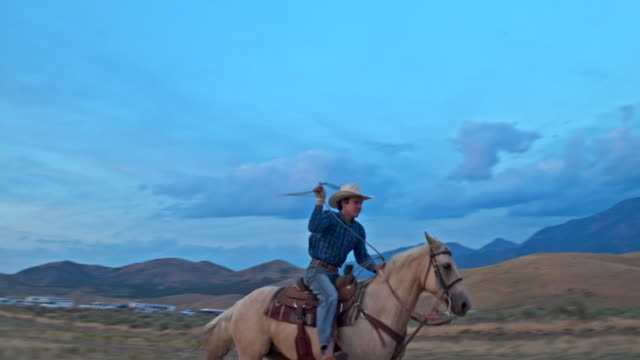 Slow Motion Video der Cowboy auf Pferd mit Lasso auf der range