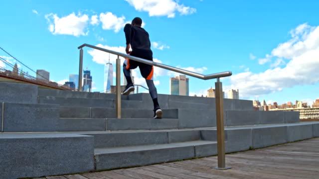 slow motion video av fit man jogging i new york - trappsteg och trappor bildbanksvideor och videomaterial från bakom kulisserna