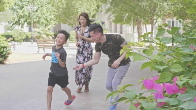 vídeos de stock, filmes e b-roll de vídeo de câmera lenta da família filipino feliz se divertindo ao ar livre - filipino