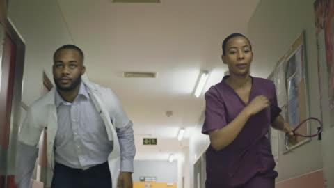 vídeos y material grabado en eventos de stock de vídeo a cámara lenta de los trabajadores sanitarios que se apresuran al teatro - esfuerzos problemas