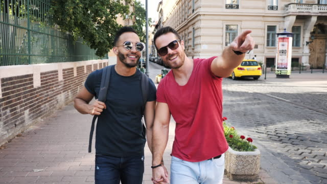 夏に旅行lgbtカップルのスローモーションビデオ - 街を探索するゲイの男性 - ゲイ点の映像素材/bロール
