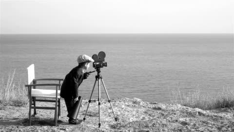 slow motion video av lilla film regissör filmar i utomhus ställa in - filma bildbanksvideor och videomaterial från bakom kulisserna