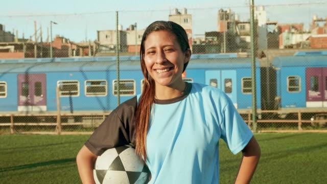 vídeos de stock e filmes b-roll de slow motion video of of young hispanic footballer - américa latina