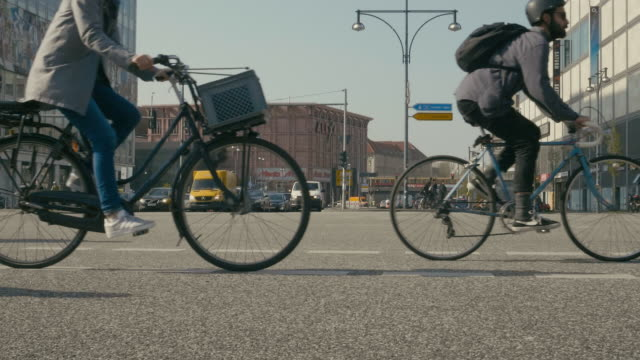 vídeos de stock, filmes e b-roll de slow motion video of people commuting by bicycles in berlin - bicicleta