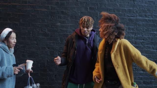 vídeos de stock e filmes b-roll de slow motion video of three friends dancing in the city against a black brick wall - street dance