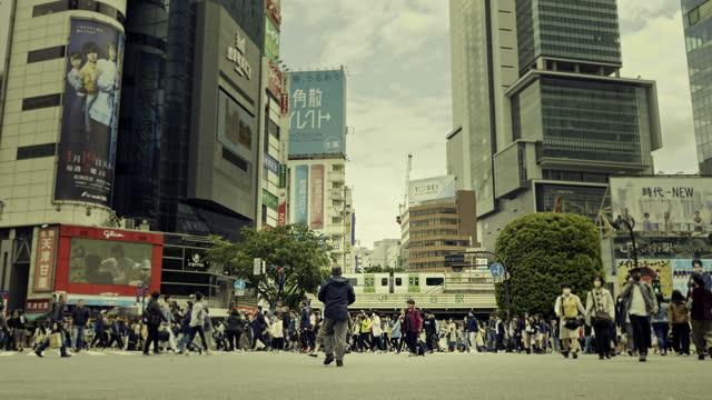 渋谷を通り過ぎる電車のスローモーション映像 - 駅点の映像素材/bロール