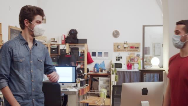 video al rallentatore di due colleghi che si salutano con un gomito - collega video stock e b–roll