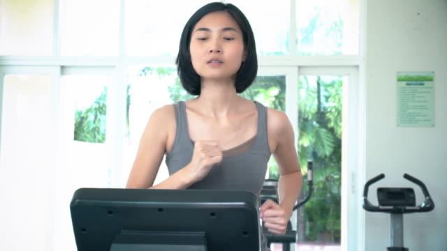 スローモーションビデオ女性のトレッドミルでランニング