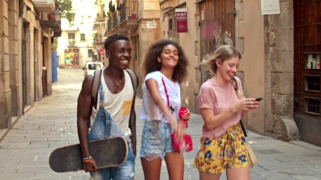 vídeos de stock e filmes b-roll de slow motion video of young friends having fun in the city - cool