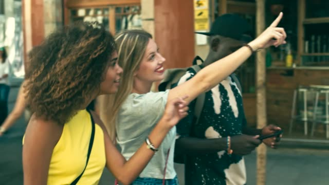 vídeos de stock e filmes b-roll de slow motion video of young millennials friends having fun in the city - guidance