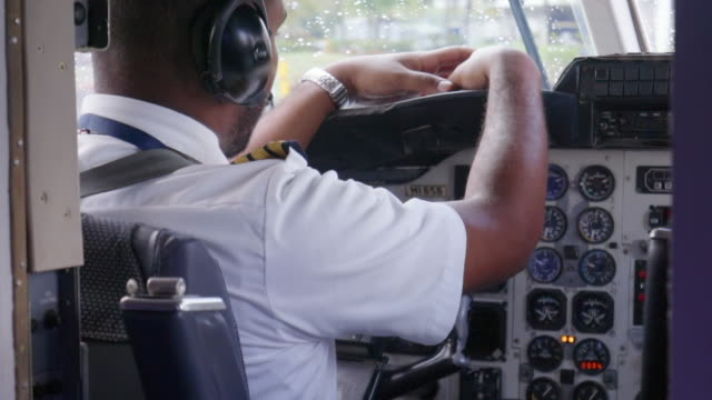 slow motion: view of pilot in cockpit - vorbereitung stock-videos und b-roll-filmmaterial
