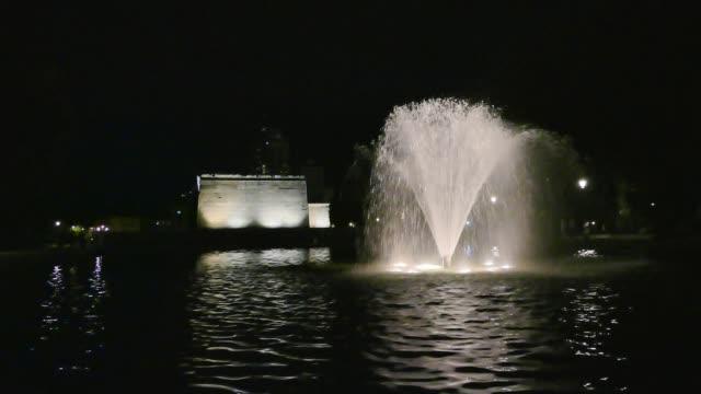 vídeos y material grabado en eventos de stock de vista de cámara lenta de fuente de templo de debod en la noche. debod templo, madrid, españa - fuente estructura creada por el hombre