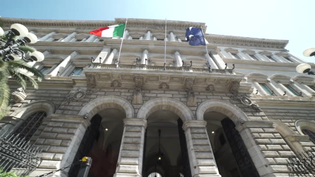 """slow motion view of the bank of italy building exterior - """"bbc news"""" video stock e b–roll"""