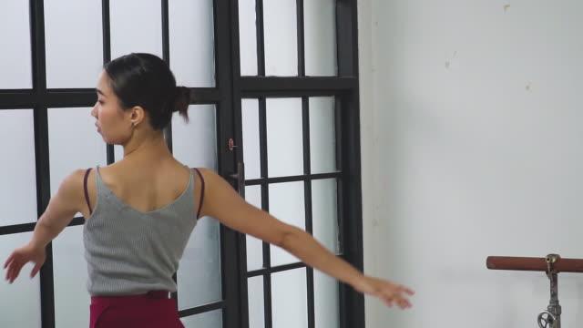 スローモーションビュー:若いバレリーナは自分で分詞 - バレエ点の映像素材/bロール