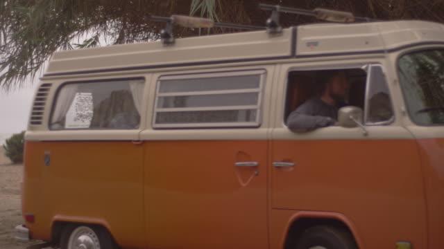 vídeos de stock e filmes b-roll de slow motion, vintage van leaves beach - carrinha veículo