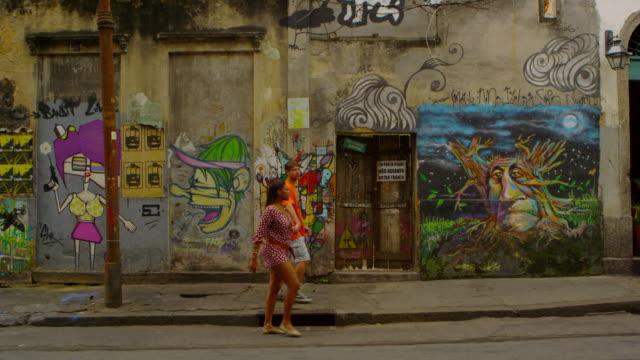rio de janeiro, brazil - june 23: slow motion, wall art on june 23, 2013 in rio de janeiro - körperliche aktivität stock-videos und b-roll-filmmaterial