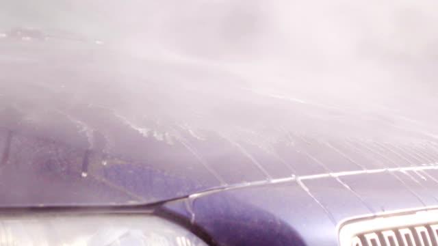 vídeos de stock, filmes e b-roll de câmera lenta :  lavagem de carro - mordomo equipe doméstica