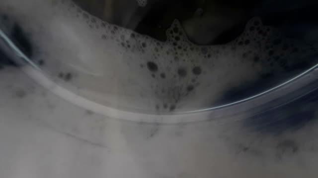 vídeos de stock e filmes b-roll de slow motion washing machine washes clothes - close-up - ciclo