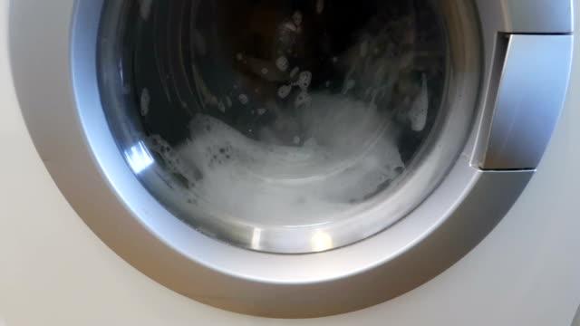 slow-motion-waschmaschine wäscht kleidung - vorderansicht - waschmaschine stock-videos und b-roll-filmmaterial