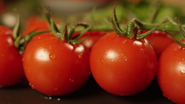 stockvideo's en b-roll-footage met 4k slow motion-wassen tomaten - rijp voedselbereiding