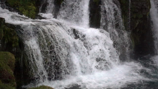 slow motion water details of kirkjufellsfoss waterfall, iceland - 瀑布 個影片檔及 b 捲影像