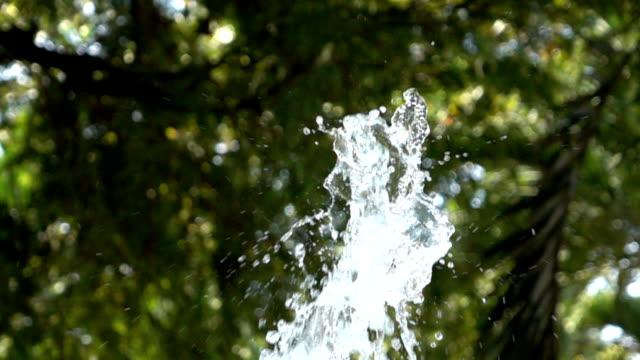 スローモーション、しぶきの噴水 - みずみずしい点の映像素材/bロール