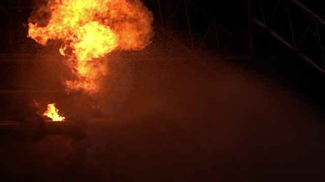 fhd slow motion water spruzzando dal pompiere per combattere con esplosione di perdite ed esplosioni di oleodotti su piattaforma petrolifera e stazione di gas naturale. concetto di disastro assicurativo e di sicurezza. - incendio video stock e b–roll