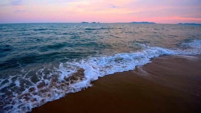 vidéos et rushes de vagues de mouvement lent en mer - calque
