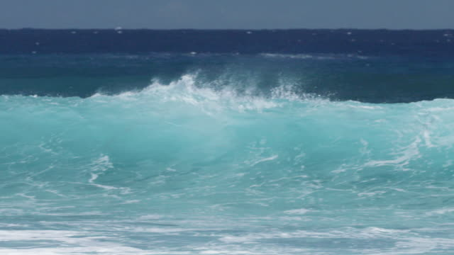 vidéos et rushes de slow motion waves crash in ocean, reunion - dom tom