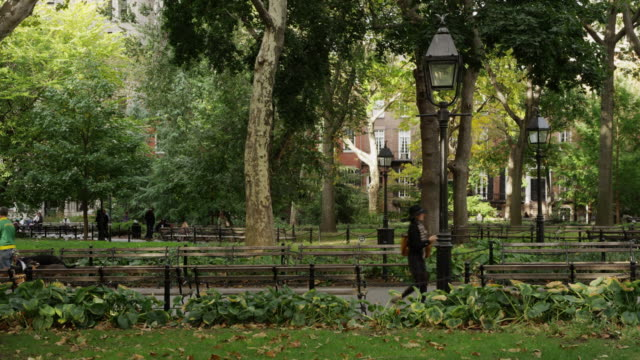 vídeos de stock e filmes b-roll de slow motion wide shot of washington square park / new york city, new york, united states - public park