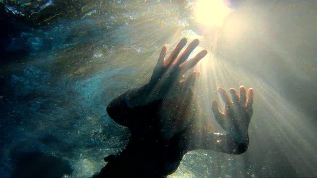 vídeos y material grabado en eventos de stock de cámara lenta: mujer en piscina nadar bajo el agua - buzo