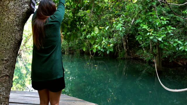 vídeos de stock, filmes e b-roll de câmera lenta mulheres saltar no rio - risco