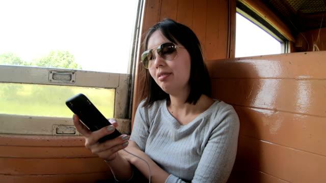 vídeos de stock, filmes e b-roll de câmera lenta: mulheres usando celular enquanto viaja de trem - trabalhadora de colarinho branco