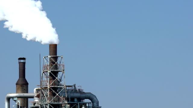 スローモーション: 化学工場工場の作業 - 環境汚染点の映像素材/bロール