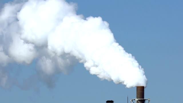 vidéos et rushes de ralenti: travail de l'usine d'usine chimique - hd format