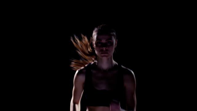 スローモーションます。若い女性を実行 - トラック競技点の映像素材/bロール